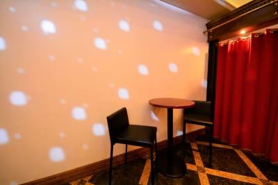 白壁。飾りつけもできます。 (粘着の弱いテープでお願いします) - SuNaBa 多目的レンタルスペースの室内の写真