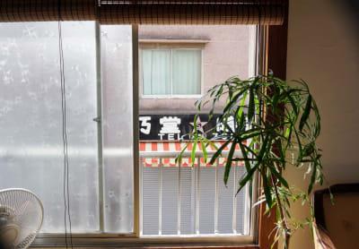 商店街に面した窓を開けたところです。 - 子育てカフェeatoco 2階和室の室内の写真