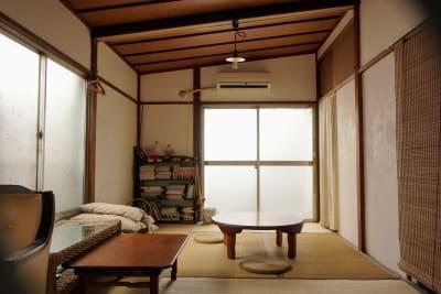 西側の四畳半から東側の六畳間を見た様子。 - 子育てカフェeatoco 2階和室の室内の写真