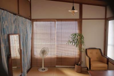 西側の窓は商店街に面しています。 - 子育てカフェeatoco 2階和室の室内の写真
