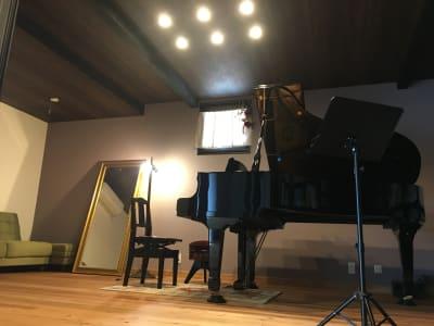 ピアノはヤマハC5グランドピアノです。大きな鏡があります。 - 小坪ピアノ室 ピアノ室・サロン(4名様まで)の室内の写真