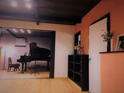 無垢杉材のフローリングで、温かみのあるお部屋です。棚に荷物など置くことができます - 小坪ピアノ室 ピアノ室・サロン(4名様まで)の室内の写真