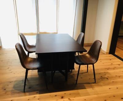 折り畳みテーブルと椅子4脚です。リクエストがあればご用意します。 - 小坪ピアノ室 ピアノ室・サロン(4名様まで)の室内の写真