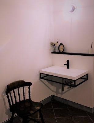 玄関に入ってすぐ手を洗うことができます。 - 小坪ピアノ室 ピアノ室・サロン(4名様まで)の室内の写真