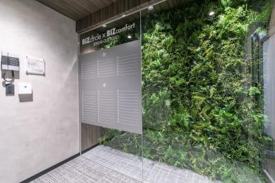 グリーンを使用した素敵なエントランス⭐ - ビズコンフォート仙台クリスロード 6名用会議室の入口の写真