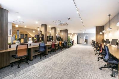 会議が終わった後には、併設のコワーキングスペースの利用も可能(別料金) - ビズコンフォート仙台クリスロード 8名用会議室の設備の写真