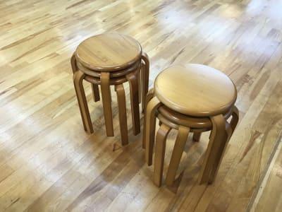 木の丸椅子6脚(無料) - 赤塚ダンススクール レンタルスタジオの設備の写真