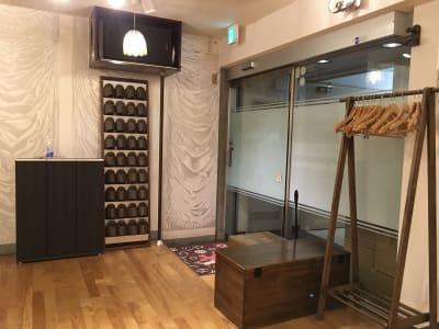 入り口:スリッパ 、シューズボックス、ハンガーラック、椅子、靴べら - 赤塚ダンススクール レンタルスタジオの入口の写真