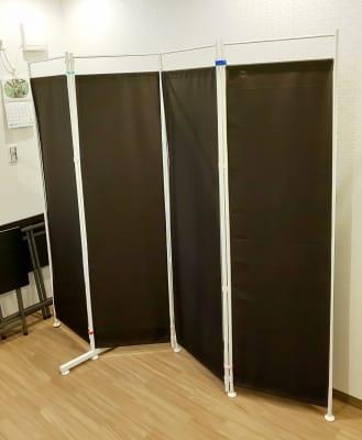 ついたて、有料 - レンタルミニスペース フクリズム 2階の小部屋の設備の写真