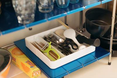 キッチンには調理器具や食器類もそろっています。(調味料はご持参ください) - Azuki旅音 リビングの設備の写真