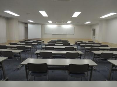大橋会館 大教室の室内の写真
