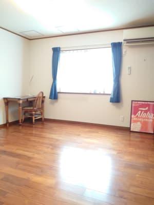 リビング隣の部屋。こちらをメインの部屋として使用しても可。ハワイのインテリア。 - えんぎよしこいずみ 多目的レンタルスペースの室内の写真