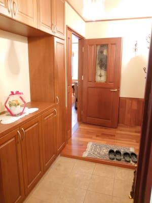 入り口を入った風景。 ドア、床・・・すべて天然木チークです。 - えんぎよしこいずみ 多目的レンタルスペースの室内の写真