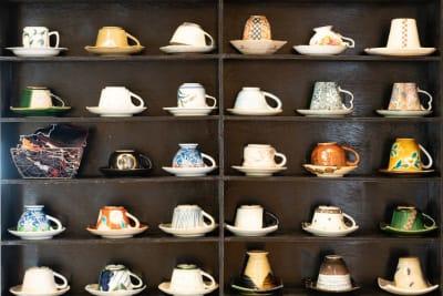 14畳間とキッチンの間にあるカップ&ソーサー - もちゃもちゃ 和風の一軒家 庭 テラスの室内の写真