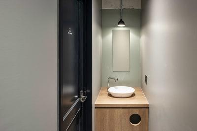 4階の女性用トイレの手洗いです。細部のデザインにもこだわっています。 - HOLDER jingumae6 4階会議室の設備の写真