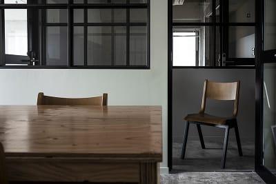 会議室内から廊下を撮影した画像です。チェアはCOMPLEXのRAINERCHAI - HOLDER jingumae6 4階会議室の室内の写真