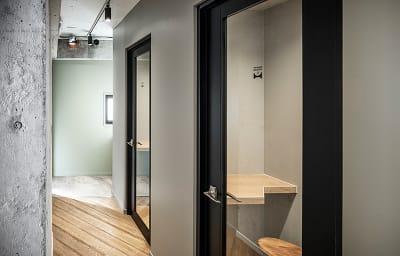 フォーンブースを2室ご用意しています。電話会議や静かに話したい時にご活用頂けます - HOLDER jingumae6 4階会議室の設備の写真