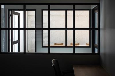会議室を別の部屋から移した画像です。(現在はスモークフィルムをはっています。) - HOLDER jingumae6 4階会議室の室内の写真