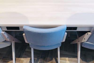 デスクにはそれぞれコンセントを完備しています。 - HOLDER roppongi  10名会議室の室内の写真