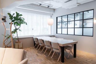 ラウンジ奥のテーブルです。通常はコワーキング用なので、電源も完備しています。 - HOLDER roppongi  ラウンジスペースの室内の写真