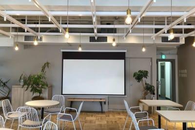 会社説明会・商品説明会・セミナーなど、100インチのスクリーンをご利用可能です。 - HOLDER roppongi  ラウンジスペースの設備の写真