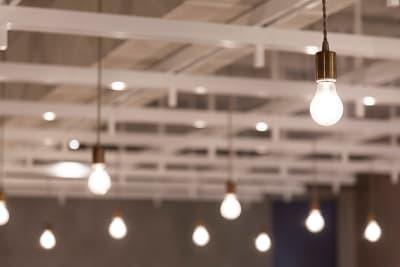 特徴的なやぐらと、裸電球が特別な空間を演出しています。 - HOLDER roppongi  ラウンジスペースのその他の写真