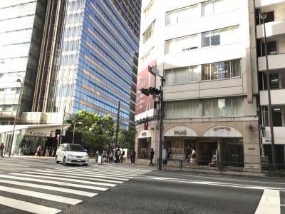 東京ミッドタウンに隣接。六本木駅7番出口の向かいです。 - HOLDER roppongi  ラウンジスペースの外観の写真