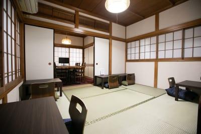2階座敷席/6畳・~6名 - 東京・大島「アイビーカフェ大島」 1階テーブル席/約4.5畳の室内の写真