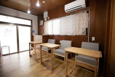 1階ラウンジ席 - 東京・大島「アイビーカフェ大島」 1階テーブル席/約4.5畳の室内の写真