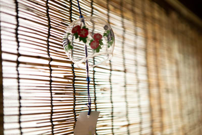 簾と風鈴 - 東京・大島「アイビーカフェ大島」 1階テーブル席/約4.5畳の室内の写真