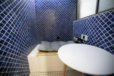 お風呂席 - 東京・大島「アイビーカフェ大島」 1階テーブル席/約4.5畳の室内の写真