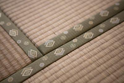 畳の薫りが漂う - 東京・大島「アイビーカフェ大島」 1階テーブル席/約4.5畳の室内の写真