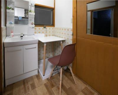 洗面席 - 東京・大島「アイビーカフェ大島」 1階テーブル席/約4.5畳の室内の写真
