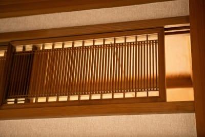 個室欄間 - 東京・大島「アイビーカフェ大島」 2階の個室と座敷のセットプランの室内の写真