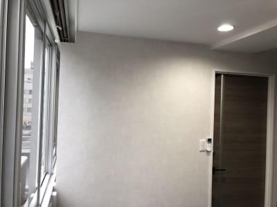 窓側の壁に隙間がございます - 渋谷ワールド宇田川ビル 4人半個室 RoomD(7F)の室内の写真