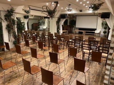 間隔をあけて60席 - GREEN LOUNGE イベントスペースの室内の写真