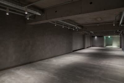 会場内観 - Space√K 地下にある多目的スペースの室内の写真