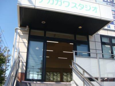 自動ドア、下駄箱も完備。 - ナカガワスタジオ レンタルスペースの入口の写真
