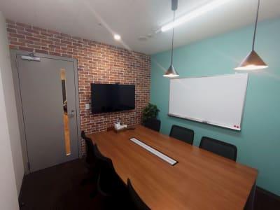 TVモニターとホワイトボード設置済みの個室です - 新橋ワークショップ会場 中会議室 Historyの室内の写真