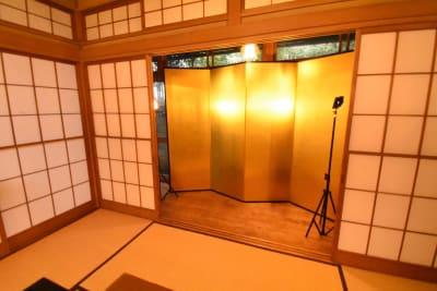 こちらの金屏風はオプションよりご選択を頂けます。 - 神楽坂レンタルスペース香音里 和洋の多目的スペース(1階)の室内の写真