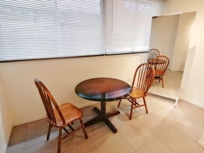 丸テーブルと全身鏡(170cm×90cm)があります - G201 駅近の静かで清潔な個室スペースの室内の写真