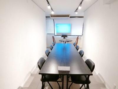 プロジェクターのご利用例です。投映先は、つるされたホワイトボードをです。 - G201 駅近の静かで清潔な個室スペースの室内の写真