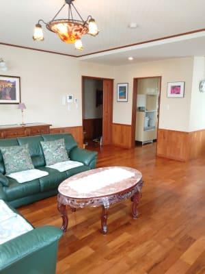 必要に応じて、ソファやテーブルを移動してもOKです。 - えんぎよしこいずみ 多目的レンタルスペースの室内の写真