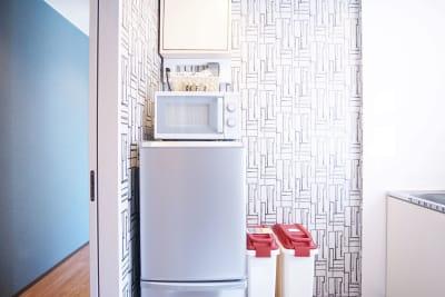 共用の簡易キッチンには、電子ケトル、電子レンジ、冷蔵庫、冷凍庫がございます。 - Feel Osaka Yu 【高速WiFi】大きな窓の会議室の室内の写真