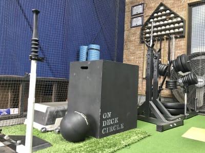 バーベル、プライオボックス、置きティーなど - On Deck Circle トレーニングスペースの設備の写真