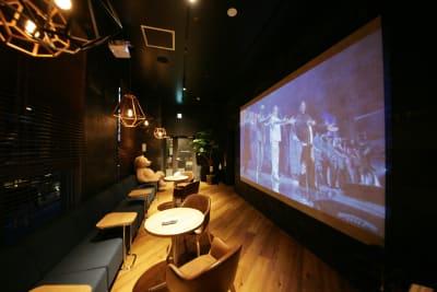 シアタールーム。映画は無料でご視聴頂けます。 - 東邦オフィス福岡天神 東邦オフィス天神コワーキングBの室内の写真