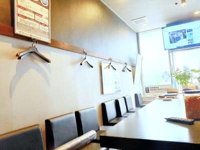 店内10席 - ギヴサロン バー&フリースペース ギヴサロンの室内の写真