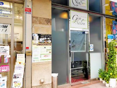 一階路面店で安心、アクセスしやすい! - ギヴサロン バー&フリースペース ギヴサロンの室内の写真