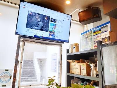 大型スクリーン(PC接続可能) - ギヴサロン バー&フリースペース ギヴサロンの室内の写真