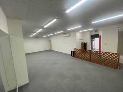 フリッカーが起こらない照明なので、動画撮影等にも最適 - ブルーツリースタジオ レンタルスペースの室内の写真